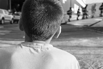 Près dela moitié dse cas de traite d'enfants commencent avec des membres de la famille, selon les données de l'OIM. (
