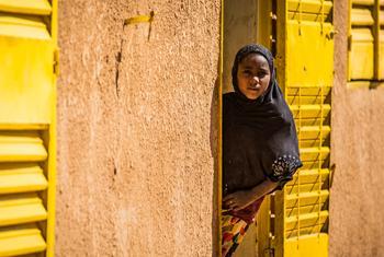 Une jeune fille regarde un bâtiment du camp de réfugiés de Mangaize, au Niger.(