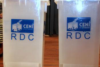 Urnes pour les élections de 2011, présentées par la CENI lors du forum sur l'état des lieux du processus électoral en RDC et sur la campagne électorale en cours, organisé par la CENI (Photo archives :radio Okapi/ Ph. John Bompengo)