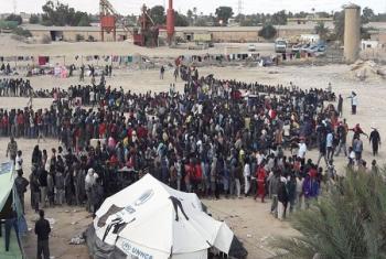 Des migrants et des réfugiés originaires du continent africain à Sabratha, une ville située à environ 80 kilomètres à l'ouest de Tripoli, la capitale libyenne (