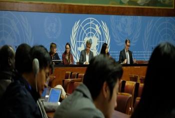 La jeune Leïla entourée de Marilena Viviani, Directrice du Bureau de l'UNICEF à Genève (à gauche) et de Christophe Boulierac, porte-parole de l'UNICEF lors d'un point de presse à Genève (Photo : ONU/Daniel Johnson).