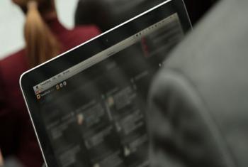 Une personne naviguant sur les médias sociaux sur son ordinateur portable (contenu flouté pour protéger la vie privée - archive)