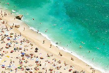 Des touristes profitant d'une chaude journée d'été à la plage sur la Côte d'Azur, Provence, France. photo : OMT