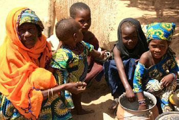 De nombreuses familles ont fui le nord-est du Nigeria touché par l'insurrection de Boko Haram pour trouver refuge au Niger. Elles ont désespérément besoin de nourriture car leurs communautés d'accueil à Diffa, au Niger, n'en ont pas toujours assez pour el