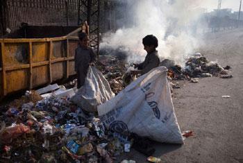 Des enfants collectent des ordures à Lahore, dans l'Etat du Punjab, au Pakistan. Photo UNICEF/Marta Ramoneda