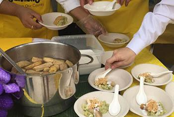 Des chefs éminents de Thaïlande et d'Australie utilisent des ingrédients généralement jetés pour préparer des repas pour les habitants de Bangkok, afin de les sensibiliser au gaspillage alimentaire.