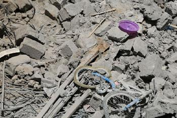 Un vélo d'enfant au milieu des décombres d'une maison détruite dans la capitale du Yémen, Sana'a. (archive)