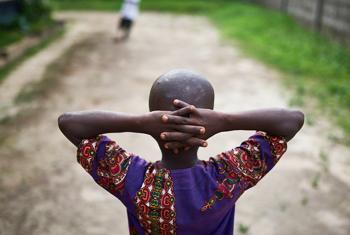 Kenema, Sierra Leone: des garçons jouent au football dans une ONG soutenue par l'UNICEF et qui aide les enfants vivant avec le VIH et le SIDA ou ceux qui en sont affectés. (