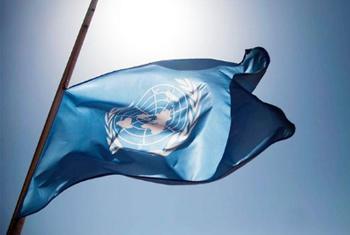 Drapeau des Nations Unies en berne. (