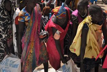Femmes à Ganyiel, dans l'État de l'Unité, au Soudan du Sud, viennent chercher des sacs de nourriture.