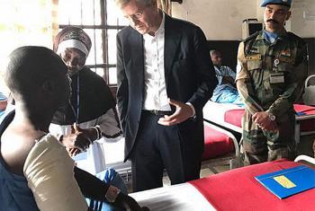 Le Secrétaire général adjoint aux opérations de maintien de la paix, Jean Pierre Lacroix, s'est rendu au chevet des Casques bleus blessés lors de l'attaque à Semuliki, en République Démocratique du Congo, le 7 décembre 2017. (