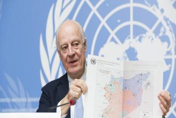 L'Envoyé spécial des Nations Unies pour la Syrie, M. Staffan de Mistura, montrant une carte de la Syrie lors de la conférence de presse clôturant la 8e série des pourparlers intra-syriens (