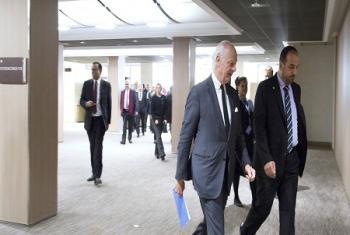M. Staffan De Mistura, Envoyé spécial de l'ONU pour la Syrie (à gauche) avec M. Nasser Al Hariri, de la Commission syrienne pour les négociations avant des consutlations bilatérales lors des présents pourparlers de Genève (