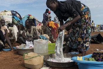 Ronda (à droite), qui vit à l'air libre, lave des vêtements sur le site de protection des civils de l'ONU à Wau, au Soudan du Sud. le site abrite des milliers de personnes déplacées. (archive)