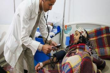 À l'hôpital Al Sab'een à Sanaa, au Yémen, un médecin osculte une jeune fille souffrant du choléra. Photo d'archives: UNICEF/Fuad