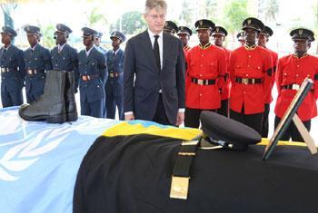 Le Secrétaire général adjoint des Nations Unies aux opérations de maintien de la paix, Jean-Pierre Lacroix, lors d'une cérémonie à Dar es Salaam, en Tanzanie, en hommage aux Casques bleus tués en RDC. Photo/UNIC Dar es Salaam