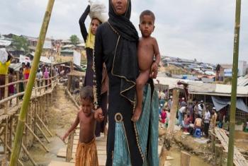Des réfugiés rohingyas dans un centre de distribution du HCR, au camp de Kutupalong (