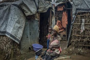 Une déplacée congolaise devant un abri dans l'est de la République démocratique du Congo, photo d'archive 2014: HCR / F. Noy