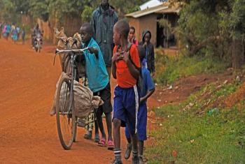 De jeunes enfants réfugiés congolais près d'un camp de Kyangwali, dans le district ougandais de Hoima en août dernier (Photo : HCR / Isaac Kasamani).