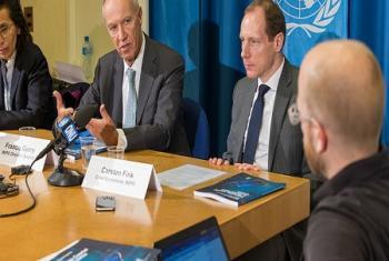 Le Directeur général de l'OMPI, Francis Gurry (au centre) et Carsten Fink, Economiste en chef de l'OMPI lors d'une conférence de presse à Genève (Photo : OMPI/Emmanuel Berrod).