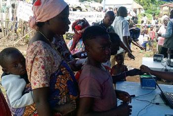 Des personnes déplacées au camp de Bweramana, dans le Nord-Kivu, en République démocratique du Congo, collectent des denrées alimentaires (archives).