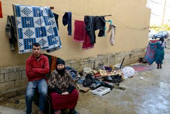 Une mère syrienne réfugiée et son fils à l'extérieur de leur abri à Ghazieh, Saida, au Liban. (