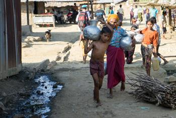 Un jeune garçon rohingya dans le camp de Kyein Ni Pyin rapporte de l'eau propre à sa famille. (Photo : UNICEF/UN0155422/ Myo Thame)