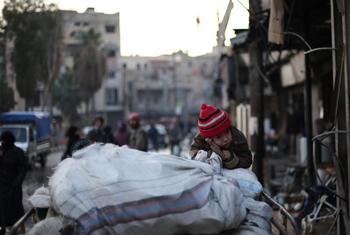 Une famille fuit un quartier de conflit actif dans l'est de la Ghouta, en Syrie, en utilisant une charrette pour transporter leurs biens. (