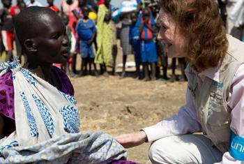 A Judjok, au Sud-Soudan, la directrice exécutive de l'UNICEF, Henrietta H. Fore (à droite) s'entretient avec une jeune femme, qui vient de recevoir des seaux, du savon et des moustiquaires. (