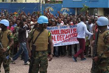 Des manifestants de la marche à l'appel du Comité laïc chrétien (CLC) et d'autres organisations, sous la protection de la Force de la MONUSCO devant une des bases de la MONUSCO, à Kinshasa, RD Congo, 21 Janvier 2018. (Photo : MONUSCO)
