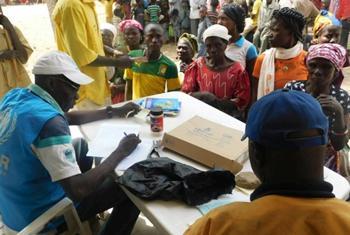 Un employé du HCR enregistre des réfugiés centrafricains nouvellement arrivés à Odoumian, Tchad. La plupart sont des femmes et des enfants qui ont fui la récente éruption de violences dans le nord-ouest du pays. (© HCR / Ezzat Habib Chami)