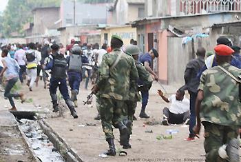 La charge de la police et de l'armée sur les manifestants le 31/12/2017 à Kinshasa lors de la marche initiée par le Comité laïc de coordination (CLC). (Photo : Radio Okapi/ John Bompengo)