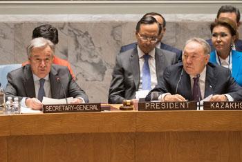 Le Secrétaire général de l'ONU, António Guterres (à gauche), à côté de Nursultan Nazarbaïev, Président du Kazakhstan, devant le Conseil de sécurité lors d'une réunion sur la non-prolifération. Photo ONU/Eskinder Debebe