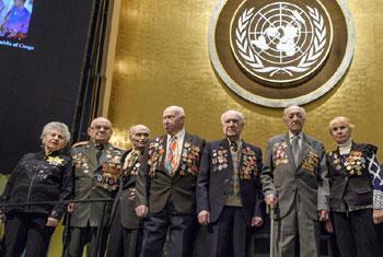 Une photo de groupe des survivants de l'Holocauste et des participants avant la cérémonie commémorative de l'Holocauste des Nations Unies. Photo ONU / Manuel Elias