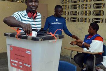 Un électeur au Libéria vote au second tour du scrutin présidentiel le 26 décembre 2017. Photo MINUL/Shpend Berbatovci