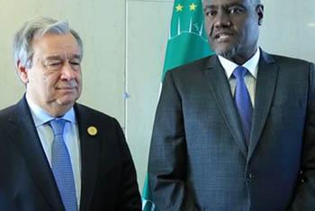 Moussa Faki Mahamat, Président de la Commission de l'Union africaine (à droite) avec le Secrétaire général de l'ONU, António Guterres, lors une conférence de presse au Sommet de l'UA à Addis Abeba, Ethiopie en janvier 2018 (archive)