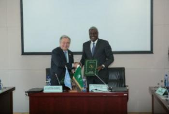 À Addis-Abeba, en Éthiopie, le Secrétaire général des Nations Unies, António Guterres, et Moussa Faki, Président de la Commission de l'Union africaine, signent un accord-cadre entre les deux organisations. Photo ONU / Antonio Fiorente