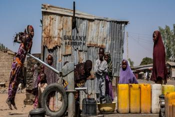 Une fille puise de l'eau à une source d'eau potable creusée par l'UNICEF dans le vieux Maiduguri, dans l'état de Borno, au Nigeria.