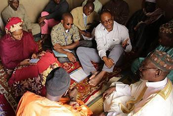 Le Chef de la division des droits de l'Homme, et protection de la MINUSMA Guillaume Ngefa, rencontre les communautés dans la région de Mopti.