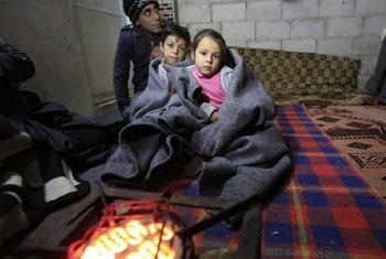 Famille syrienne ayant trouvé refuge dans un bâtiment inachevé à Al-Khalidia Al-Khamisa, Homs, en Syrie.