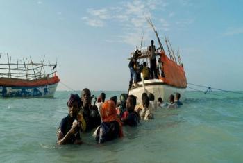 Inquiétude visible de ces réfugiés somaliens qui s'apprêtent à embarquer sur un bateau de passeurs pour quitter la Somalie vers le Yémen, novembre 2007. Photo d'archives: Alixandra Fazzina