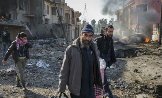 Família deixa sua casa, destruída, minutos após um carro-bomba ser detonado pelo Isil. Foto: Acnur/Ivor Prickett