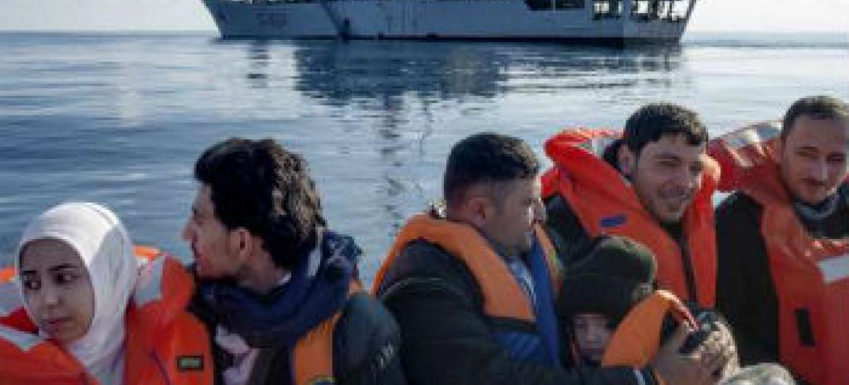 Refugiados sírios são resgatados no mar Mediterrâneo pela marinha italiana. Foto: Acnur/A.D'Amato