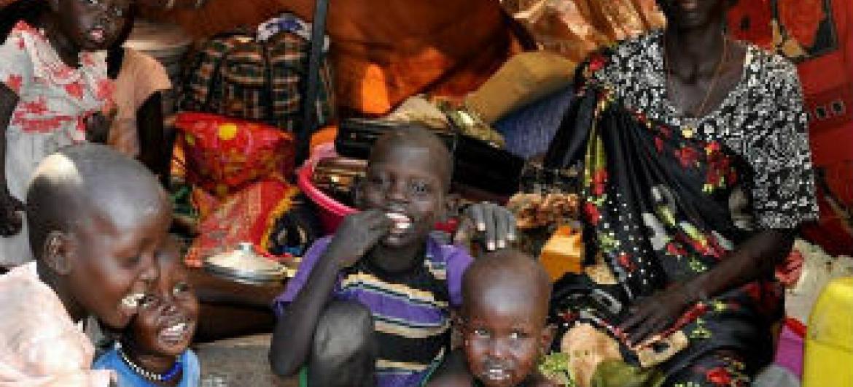 Família sul-sudanesa num abrigo das instalaçoes da ONU em Malakal. Foto: Ocha