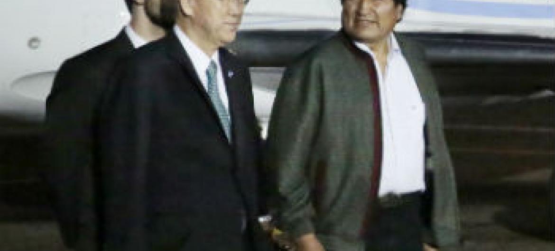 Ban Ki-moon (esq.) com Evo Morales. Foto: ONU/Evan Schneider