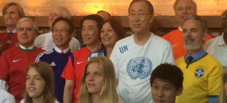 Ban Ki-moon com embaixadores dos países que vão participar da Copa do Mundo. Foto: Rádio ONU