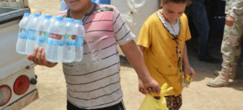 Criança iraquiana leva alimentos a seus pais. Foto: PMA/Mohammed Al Bahbahani
