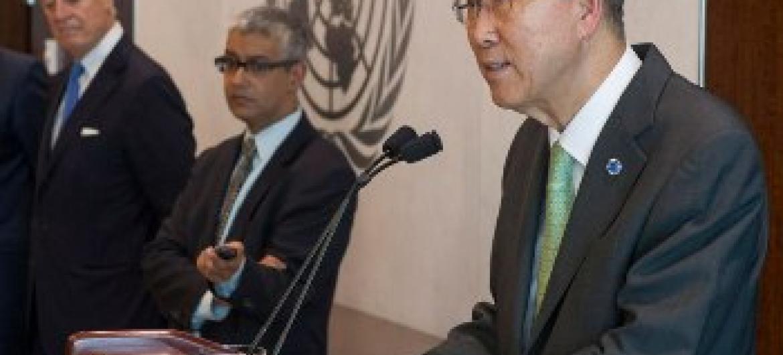 Ban Ki-moon fala a jornalistas sobre queda de avião. Foto ONU.
