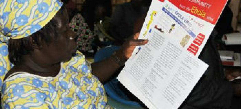 OMS informa comunidades sobre o vírus. Foto: OMS/C. Banluta