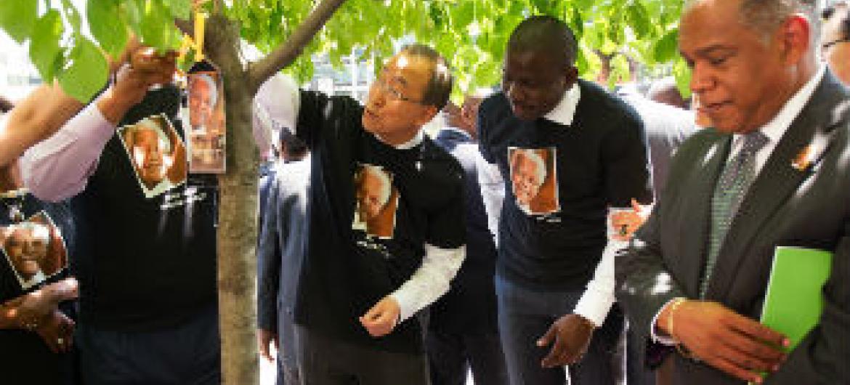 Ban Ki-moon faz gesto solidário no Dia de Mandela
